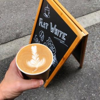 Flat White Kaffee mit schöner Michschaumverzierung