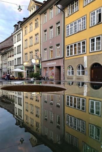 Steinberggasse mit Brunnen und Spiegelung auf dem WasserRoger Rudin: Steinberggasse