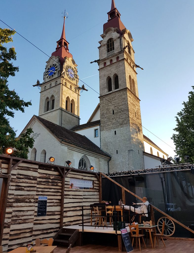 Theater für Kanton Zürich auf dem Kirchplatz in Winterthur: Kleider machen Leute
