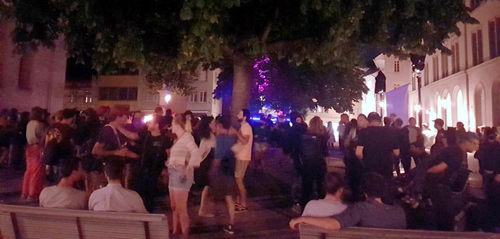 Illegales Konzert auf dem Kirchplatz