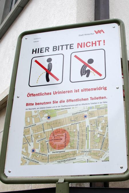 Plakat: In der Altstadt ist öffentliches Urinieren sittenwidrig.