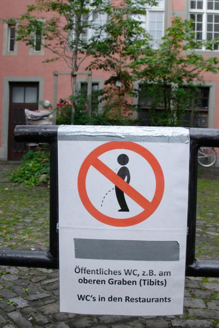 Plakat: Bitte nicht in den Hof pinkeln
