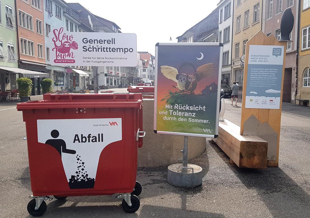 Plakate: Schritttempo, Rücksicht und Toleranz, Abfall und Energie. Alle auf einem Haufen und verstellen völlig die Sicht auf den Judd-Brunnen.